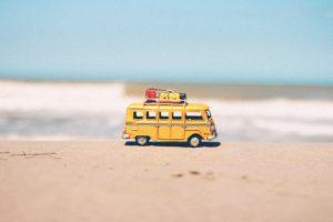 minivan con bagagli in riva al mare